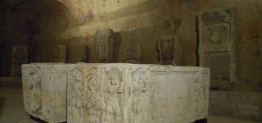 Posetioci mogu da vide sarkofage, nadgrobne spomenike..