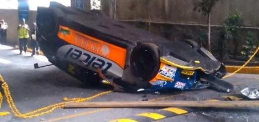 Trkački automobil pao sa krana