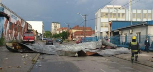 Olujni vetar iščupao krov skladišta i bacio ga na strujne vodove u Nišu