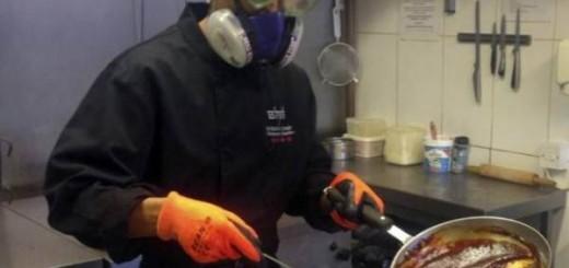 Priprema ljutog sosa sa gas maskom
