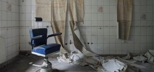 Napuštena berberska stolica u plemićkoj kući koja je nekad služila kao sanatroijum